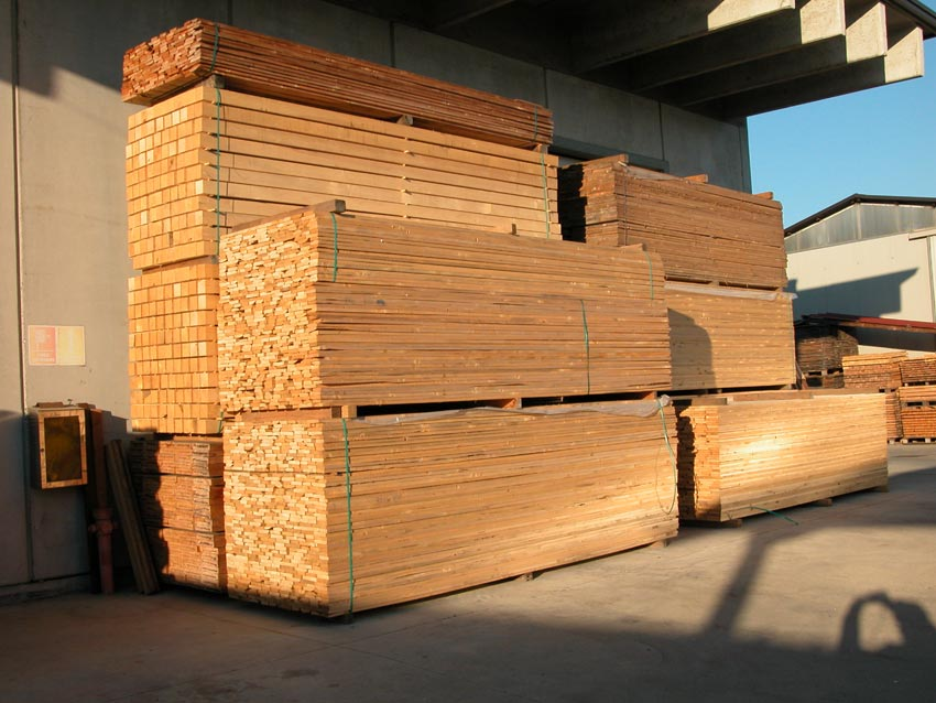 Pannelli in legno travature segati per l 39 ediliza - Tavole di larice piallate ...